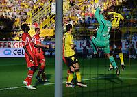 Fussball Bundesliga Saison 2011/2012 8. Spieltag Borussia Dortmund - FC Augsburg V.l.: Gibril SANKOH (Augsburg), Sascha MOELDERS (Augsburg), Robert LEWANDOWSKI (BVB), Simon JENTZSCH (Augsburg), Felipe SANTANA (BVB).