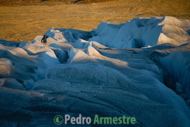 José Naranjo guia a  la expedición de Greenpeace en el Artico muestra las evidencias del cambio climatico en el del casquete Polar artico, en Groenlandia. Alejandro Sanz acompaña a la expedición. 20 Julio 2013. ©Pedro ARMESTRE