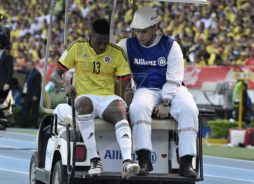 BARRANQUILLA - COLOMBIA - 10-11-2016:  Yerry Mina jugador de Colombia abandona el campo de juego lesionado durante partido entre Colombia y Chile por la fecha 11 de la clasificatoria a la Copa Mundial de la FIFA Rusia 2018 jugado en el estadio Metropolitano Roberto Melendez en Barranquilla./Yerry Mina player of Colombia leaves the field injured during the match between Colombia and Chile for the date 11 of the qualifier to FIFA World Cup Russia 2018 played at Metropolitan stadium Roberto Melendez in Barranquilla. Photo: VizzorImage/ Gabriel Aponte / Staff