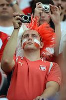 FUSSBALL  EUROPAMEISTERSCHAFT 2012   VORRUNDE Polen - Griechenland      08.06.2012 Polnischer Fan mit einer diigital Kamera