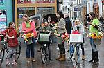 Foto: VidiPhoto<br /> <br /> DEVENTER &ndash; Drie bloemenmeisjes laten woensdag in het koude en druilerige Deventer de zon even schijnen, tot verrassing van de bezoekers van de binnenstad. In het kader van het Nederlands Kampioenschap Bloemschikken, op 15 en 16 oktober in Deventer, wordt het winkelend publiek getrakteerd op kleurrijke gerbera&rsquo;s. Donderdag strijden 20 studententeams om de nationale titel en vrijdag zijn ruim 100 amateurs aan de beurt. Een vakjury beoordeelt de wedstrijdwerken op originaliteit, techniek en creativiteit. Komend weekend zijn alle bloemwerken voor het publiek te bewonderen in de Deventer Schouwburg. Het Nederlands Kampioenschap wordt voor de 52e keer gehouden en is een initiatief van Groei &amp; Bloei, de grootste tuinvereniging van Nederland met ruim 40.000 leden. De afgelopen jaren is de populariteit van zelf bloemschikken fors toegenomen.