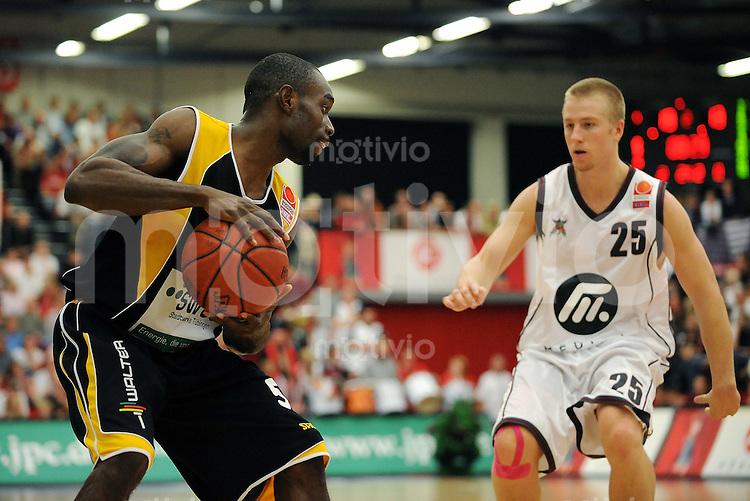 Basketball Bundesliga   SAISON 2008/2009   2. Spieltag Artland Dragons - Walter Tigers                   26.09.2008 Jermaine  Anderson (li, WT) gegen Zack WHITING (re, Dragons)