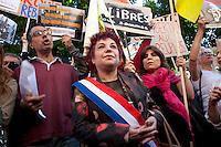 turchi manifestano , a Parigi,a favore delle proteste in Turchia contro Erdogan 3 giugno 2013, sindaco dell'arrondissement con fascia tricolore