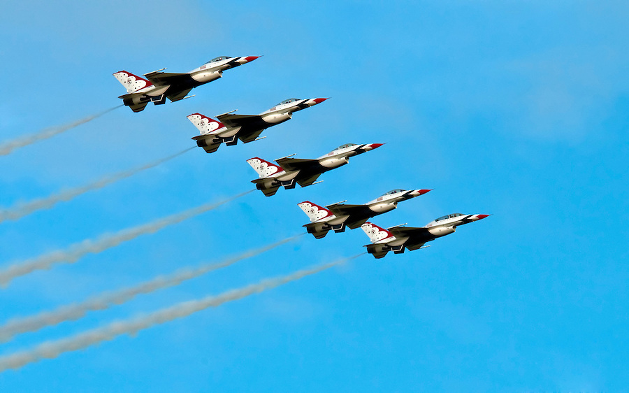 HOMESTEAD, FL - NOVEMBER 8, 2009: Thunderbirds F-16 jets flight in demostrantion Homestead Airshow.