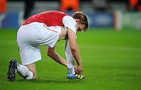 FUSSBALL   CHAMPIONS LEAGUE   SAISON 2011/2012  Borussia Dortmund - Arsenal London        13.09.2001 Per MERTESACKER (Arsenal Arsenal) bindet sich die Schuhe