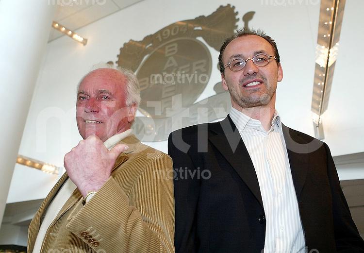 Fussball  1. Bundesliga Saison 2002/2003 Udo Lattek bei Bayer Leverkusen al Trainer im Gespraech: U.B.z.: Udo Lattek und Leverkusens Sportdirektor Juergen Kohler (re)