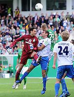 FUSSBALL   DFB POKAL   SAISON 2011/2012  1. Hauptrunde FC Heidenheim - Werder Bremen              30.07.2011 Torwart Tim Wiese (li, SV Werder Bremen)  gegen Dieter Jarosch  (re, 1 FC Heidenheim 1846)