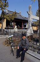 Asie/Chine/Jiangsu/Nankin&nbsp;: Quartier du Temple de Confucius - Vieux chinois et son v&eacute;lo dans les jardins du temple<br /> PHOTO D'ARCHIVES // ARCHIVAL IMAGES<br /> CHINE 1990