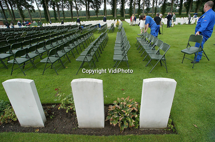 Foto: VidiPhoto..OOSTERBEEK - Op de Airborne-begraafplaats in Oosterbeek wordt woensdag alles in gereedheid gebracht voor de officiële herdenkingsplechtigheid van 60 jaar Market Garden, zondag. Veel veteranen wachten echter niet op dat moment en brengen nu al in alle rust een bezoek aan het graf van hun gevallen kameraden.