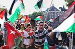 Nederland, Den Haag, 31-05-2010 Anti Israel demonstratie georganiseerd door het Nederlands Palestina Komitee  en een aantal andere Palestijnse en Turkse organisaties protesteren bij de Israëlische ambassade. De  anti Israel demonstratie in het centrum van Den Haag is een  reactie op de Israelische aanval op een hulp konvooi dat op weg was naar Gaza.  FOTO: Gerard Til