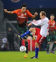 FUSSBALL   1. BUNDESLIGA   SAISON 2011/2012   22. SPIELTAG Hamburger SV - Werder Bremen       18.02.2012 Claudio Pizarro (li, SV Werder Bremen)  gegen David Jarolim (re, Hamburger SV)