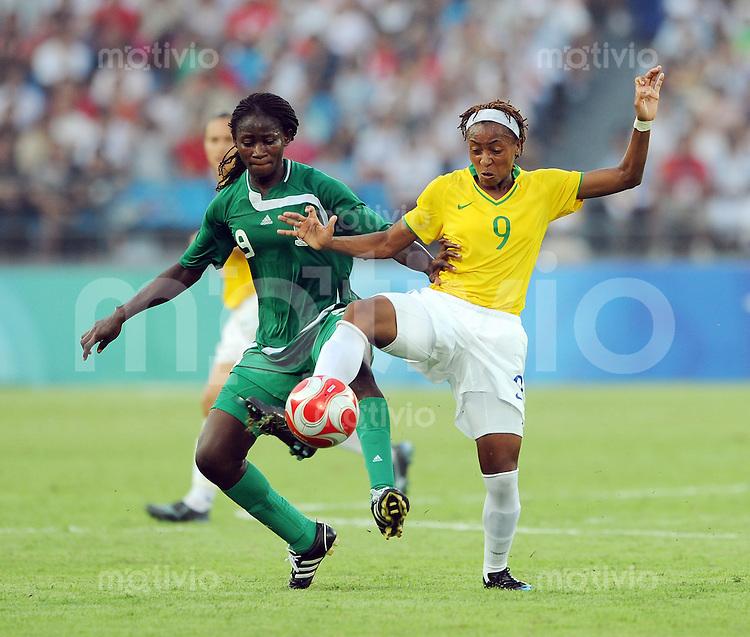 Olympia 2008  Peking  Fussball  Frauen   12.08.2008 Nigeria - Brasilien Sarah MICHAEL (li., NIG) gegen ESTER (BRA).