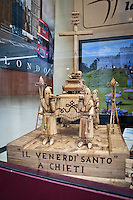 Una vetrina di viaggi mostra una scultura in legno della processione. La processione del Venerdì santo (o del Cristo morto) a Chieti è la più antica d'Italia. La sua origine, risalirebbe all'842 d.C. Photo: Adamo Di Loreto/BuenaVista*photo