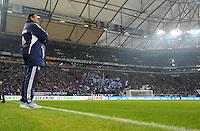 FUSSBALL   1. BUNDESLIGA   SAISON 2011/2012   20. SPIELTAG FC Schalke 04 - FSV Mainz 05                                  04.02.2012 Trainer Huub Stevens (FC Schalke 04) steht in der Veltins Arena auf Schalke vor der Nordkurve
