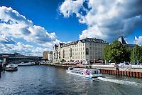 Berlino 17 Settembre 2013<br /> Un battello per turisti sul fiume Spree tra i quartieri Mitte e Kreuzberg.<br /> A boat for tourists on the river Spree between the old Mitte district and the district of Kreuzberg