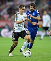 FUSSBALL  EUROPAMEISTERSCHAFT 2012   VIERTELFINALE Deutschland - Griechenland     22.06.2012 Miroslav Klose (li, Deutschland) gegen Grigoris Makos (re, Griechenland)