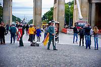 Berlino 16  Settembre 2013<br /> Attori che interpretano un militare dell'esercito degli Stati Uniti d'America e un soldanto tedesco per farsi fotografare dai turisti  di fronte alla Porta di Brandeburgo<br /> Actors playing a United States Army military policeman (left) and German  soldier pose for tourist photographs in front of the Brandenburg Gate, in the center of Berlin.