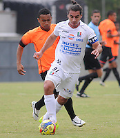 ENVIGADO -COLOMBIA-10-01-2014. Oscar Rodas (Izq) de Envigado disputa el balón con Carlos Giraldo (Der) de Once Caldas durante partido amistoso de pretemporada de la Liga Postobón I 2014 realizado en el Polideportivo Sur de la ciudad de Envigado./ Oscar Rodas (L) of Envigado fights for the ball with Carlos Giraldo (R) of Once Caldas during friendly match of  preseason of the Postobon League I 2014 at Polideportivo Sur in Envigado city.  Photo: VizzorImage/Luis Ríos/STR