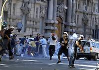 20 LUG 2001 Genova: vertice G8, scontri per impedire ai manifestanti antivertice di raggiungere la zona rossa (Genoa Social Forum)..JUL 20 2001 Genoa: G8 Summit, fights to prevent the anti summit demonstrators from reaching the red zone (Genoa Social Forum).