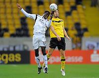 Fussball, 2. Bundesliga, Saison 2011/12, SG Dynamo Dresden - FSV Frankfurt, Sonntag (05.12.11), gluecksgas Stadion, Dresden. Dresdens Romain Bregerie (re.) gegen Frankfurts Macauley Chrisantus.
