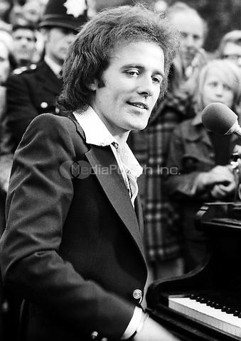 Gilbert O'Sullivan pictureds in 1973. Credit: Ian Dickson/MediaPunch