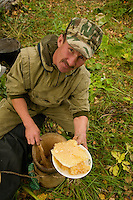 Sabit Galin serves the camp a freshly harvested honeycomb. Even if this traditional honey comes from the varied and many flowers in the reserve, it has a very pronounced taste of linden. Bashkortostan has the biggest linden tree forest in Russia.