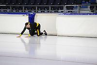SCHAATSEN: HEERENVEEN: 04-11-2016, IJsstadion Thialf, eerste ijstraining na de ver(nieuw)bouw, training voor de team pursuit, Sven keurt het ijs,©foto Martin de Jong
