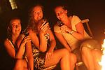 Foto: VidiPhoto<br /> <br /> TOURNUS (Fr) - In Tournus in de Franse Bourgogne genieten de drie vakantiewerksters (v.l.n.r.) Eveline, Lianne en Aveline uit Rhenen op bourgondische wijze van hun welverdiende rust. Na een dag hard werken vloeit de wijn rijkelijk in een romantische omgeving. De Utrechtse meiden werken bij Chambres d' Hotes La Montagne van de Nederlander Joan Koster. Vijf jaar geleden begon hij langs Route du Soleil een B&amp;B voor Belgische en Hollandse toeristen. Dat is zo succesvol dat hij in het hoogseizoen personeel nodig heeft en de voorkeur geeft aan Nederlandse vakantiewerkers. Dit jaar heeft Koster zelfs de zilveren Zoover publieks-award gewonnen. Volgens de Rhenense ondernemer is het werken bij Nederlandse bedrijven in Frankrijk, met name in de toeristensector, een enorme trend aan het worden. De B&amp;B La Montagne van Koster ondersteunt bovendien financieel de stichting L'Abri France, dat op dezelfde locatie Nederlandse jongeren opvangt en begeleidt die een time out nodig hebben.