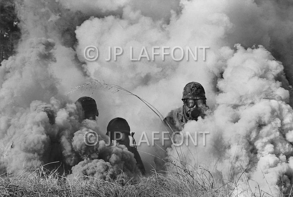 January 1980, Fort Bragg, North Carolina. US Paratroopers of the 82nd Airborne Division based at Fort Bragg. This is an excercise which is a simulation of a combat gas attack. 82nd Division is the only Western force of this importance capable of intervening at shortest notice. They are equipped for all forms of warfare and follow regular intense training.