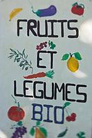 Europe/France/Rhône-Alpes/26/Drôme/Nyons: Sur le marché panneau d'un producteur bio de fruits et légumes