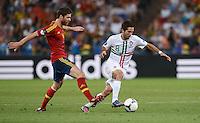 FUSSBALL  EUROPAMEISTERSCHAFT 2012   HALBFINALE Portugal - Spanien                  27.06.2012 Xabi Alonso (li, Spanien) gegen Joao Moutinho (re, Portugal)