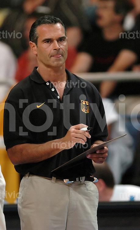 Basketball Herren, Nationalmannschaft, Forum Bamberg (Germany), E.ON Basketball-Supercup, Deutschland - Frankreich (60:59) Bundestrainer Dirk Baumann (GER) macht sich Notizen.