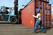 Docker controllant les conteneurs au déchargement d'un navire, quai de Commerce International, Port Autonome de la Nouvelle-Calédonie