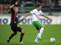 FUSSBALL   1. BUNDESLIGA  SAISON 2011/2012   10. Spieltag FC Augsburg - SV Werder Bremen           21.10.2011 Dominik Reinhardt (li, FC Augsburg) gegen Claudio Pizarro (SV Werder Bremen)
