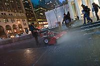 NEW YORK 26/12/2012 - ARRIVA LA PRIMA NEVE DI STAGIONE NELLA GRANDE MELA. NELLA FOTO LA 5AV 59TH ST SOTTO LA NEVE. GLI OPERATORI DELLA APPLE STORE RIMUOVONO LA NEVE DAI MARCIAPPIEDI..FOTO DI LORETO ADAMO