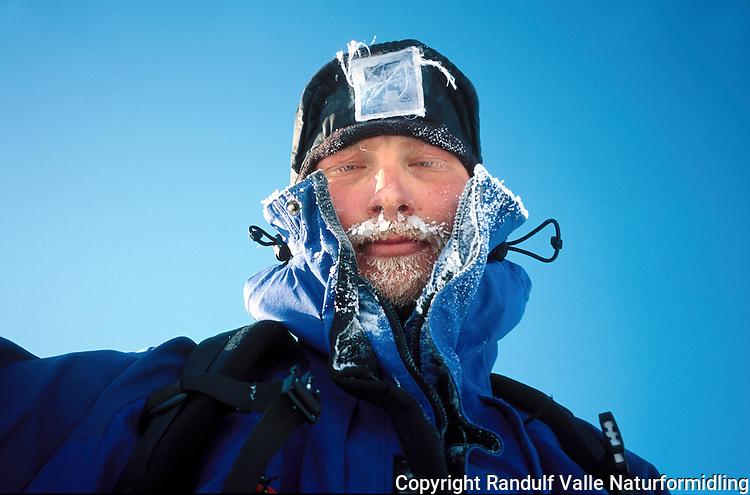 Portrett av mann en kald dag. --- Man in cold conditions.