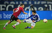 FUSSBALL   1. BUNDESLIGA   SAISON 2012/2013    18. SPIELTAG FC Schalke 04 - Hannover 96                           18.01.2013 Szabolcs Huszti (li, Hannover 96) gegen Atsuto Uchida (re, FC Schalke 04)