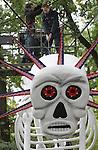Foto: VidiPhoto<br /> <br /> ARNHEM - In Burgers' Zoo in Arnhem wordt woensdag de laatste hand gelegd aan &quot;Dia de los Muertos&quot;, de Mexicaanse variant op Halloween. Het is voor het eerst dat dit in Nederland wordt gevierd. Waar Halloween vooral als doel heeft om angst aan te jagen, is Dia de los Muertos (Dag van de doden) kleurrijker, vrolijker, muzikaler en historischer. Het feest van de doden, dat dit weekend van start gaat en tot 30 oktober duurt, is ge&iuml;nspireerd op de culturen van de Azteken en Maya's, die hun overleden voorouders en familieleden met speciale ceremonies eerden en tevens het leven vierden. In en rond de Desert van de dierentuin zijn overals feestelijk versierde lachende schedels en kleurrijke skeletten geplaatst. De Mexicanen geloven dat op 1 en 2 november (Allerheiligen en Allerzielen) de zielen van overleden vrienden en familieleden weer voor even terug komen. Ze vieren dit met een groot feest.