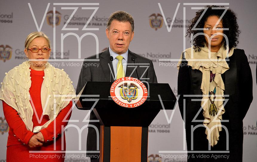 BOGOTÁ -COLOMBIA, 26-11-2013: Juan Manuel Santos (C), presidente de Colombia, nombró este martes 26 de noviembre a las abogadas Nigeria Rentería (Der.) y María Paulina Riveros (Izq.) como nuevas integrantes del equipo del Gobierno Nacional en la mesa de negociaciones con las Farc en La Habana./ Juan Manuel Santos (C), president of Colombia, announced this Tuesday November 26th that the lawyers Nigeria Renteria (R) and Maria Paulina Riveros (L) are the new members of the National Government at the negotiating table with Farc guerrilllas in La Habana, Cuba. Photo: VizzorImage/ Omar Nieto/ Oficina Alto Comicionado para la Paz / HANDOUT PICTURE; MANDATORY USE EDITORIAL ONLY/