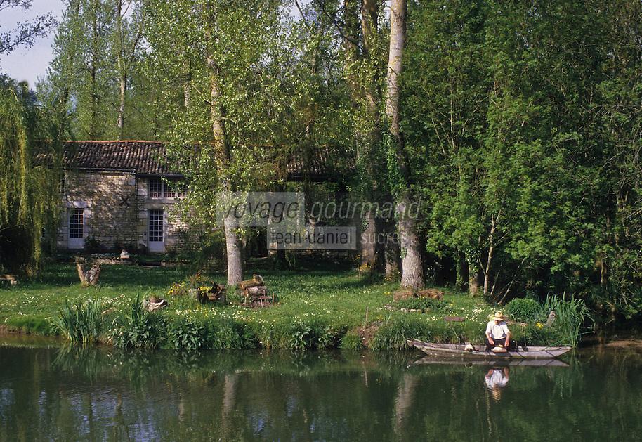 Europe/France/Poitou-Charentes/79/Deux-S&egrave;vres/Coulon&nbsp;: P&ecirc;cheur &agrave; la ligne sur le Marais poitevin et maison maraichine sur les bords de la S&egrave;vre Niortaise  <br /> PHOTO D'ARCHIVES // ARCHIVAL IMAGES<br /> FRANCE 1990