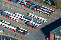 4415/Abruestung: EUROPA, DEUTSCHLAND, SCHLESWIG-HOLSTEIN, GLINDE 30.10.2005: Betriebshof Glinde der Verkehrsbetriebe Hamburg Holstein AG..Der 1966 erbaute Betriebshof in Glinde ersetzte den noch von der Südstormarnschen Kreisbahn stammenden Betriebshof Trittau. 1994 wurde der Betriebshof komplett neu gebaut. Dort sind 111 Busstellplätze vorhanden, auf denen die Busse in Reihenaufstellung aufgestellt werden. ..Luftbild, Luftaufnahme, Luftansicht