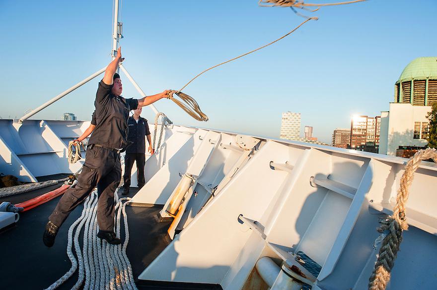 Nederland, Rotterdam, 5 sept 2013<br /> Aanmeren van patrouilleboot van de Marine de ZM Friesland in de haven van Rotterdam, waar komende dagen de wereldhavendagen plaatsvinden.<br /> Een matroos gooit een touwtje uit waarmee vervolgens de tros aan land getrokken kan worden<br /> Marine moet ook fors bezuinigen.<br /> <br /> Foto(c): Michiel Wijnbergh