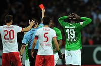 FUSSBALL   1. BUNDESLIGA   SAISON 2012/2013   4. SPIELTAG SV Werder Bremen - VfB Stuttgart                         23.09.2012        Schiedsrichter Guido Winkmann zeigt Assani Lukimya (hinten, SV Werder Bremen) die Rote Karte
