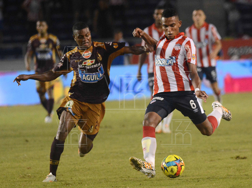 BARRANQUIILLA -COLOMBIA-02-06-2013. William Tesillo (Der) jugador de Atlético Junior disputa el balón con Davinson Monsalve (Izq) jugador de Deportes Tolima durante partido por la fecha 11 de la Liga Postobón II 2014 jugado en el estadio Metropolitano Roberto Meléndez de la ciudad de Barranquilla./ William Tesillo (R) player Atletico Junior fights for the ball with Davinson Monsalve (L) player of Deportes Tolima during match for the 11th date of the Postobon League II 2014 played at Metropolitano Roberto Melendez stadium in Barranquilla city.  Photo: VizzorImage/Alfonso Cervantes/STR