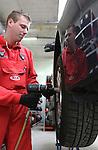 Foto: VidiPhoto<br /> <br /> VIANEN - Medewerker Peter Speijer van Automobielbedrijf Kooijman in Vianen monteert dinsdag de eerste winterbanden van het seizoen. Nu de temperaturen dalen en er veel regen voorspeld wordt verwisselen automobilisten pas nu hun banden, bijna een maand later dan vorig jaar. Wel zijn winterbanden opnieuw een hype aan het worden, vertelt eigenaar Gert Kooijman. &quot;Er zijn inmiddels al flink wat winterbanden besteld.&quot; Winterbanden zorgen door het zachte rubber bij lage temperaturen voor meer grip en bij regen voor een betere afvoer van het water. Doordat weersomstandigheden steeds extremer worden, neemt ook de populariteit van er van toe. Meer dan de helft van het klantenbestand van het Vianense autobedrijf heeft inmiddels al een set winterbanden en dat aantal stijgt jaarlijks flink. Omdat in veel Europese landen winterbanden al verplicht zijn, verwacht dat Kooijman dit in Nederland ook ingevoerd zal worden. &quot;Files en ongevallen in de winter worden vooral veroorzaakt door auto's die op zomerbanden blijven rijden.&quot; Het bedrijf controleert zaterdag gratis de auto's van klanten, waarbij de nadruk ligt op de kwaliteit van de banden.