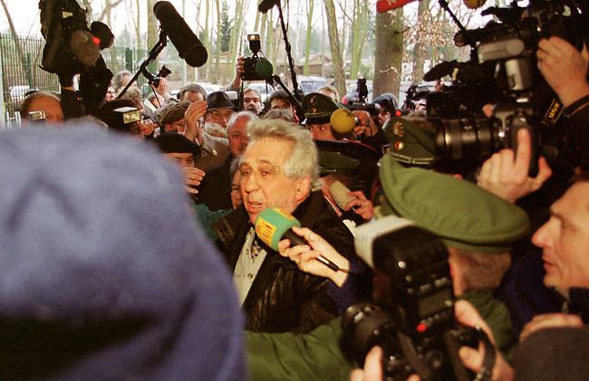 Nach erfolglosen Widerspruechen vor den bundesdeutschen Gerichten musste der letzte Staatsratsvorsitzende und SED-Zentralkommitee-Vorsitzende, Egon Krenz, am 13. Januar 2000 in der berliner Justizvollzugsanstalt Hakenfelde seine secheinhalb jaehrige Haftstrafe antreten. Ein Widerspruch gegen die Haftstrafe ist noch vor dem europaeischen Menschengerichtshof anhaengig.<br /> Hier: Durch eine Menge von ueber hundert Journalisten bahnt sich Egon Krenz den Weg zum Eingang der Justizvollzugsanstalt.<br /> Berlin, 13.1.2000<br /> Copyright: Christian-Ditsch.de<br /> [Inhaltsveraendernde Manipulation des Fotos nur nach ausdruecklicher Genehmigung des Fotografen. Vereinbarungen ueber Abtretung von Persoenlichkeitsrechten/Model Release der abgebildeten Person/Personen liegen nicht vor. NO MODEL RELEASE! Nur fuer Redaktionelle Zwecke. Don't publish without copyright Christian-Ditsch.de, Veroeffentlichung nur mit Fotografennennung, sowie gegen Honorar, MwSt. und Beleg. Konto: I N G - D i B a, IBAN DE58500105175400192269, BIC INGDDEFFXXX, Kontakt: post@christian-ditsch.de<br /> Bei der Bearbeitung der Dateiinformationen darf die Urheberkennzeichnung in den EXIF- und  IPTC-Daten nicht entfernt werden, diese sind in digitalen Medien nach &sect;95c UrhG rechtlich gesch&uuml;tzt. Der Urhebervermerk wird gemaess &sect;13 UrhG verlangt.]