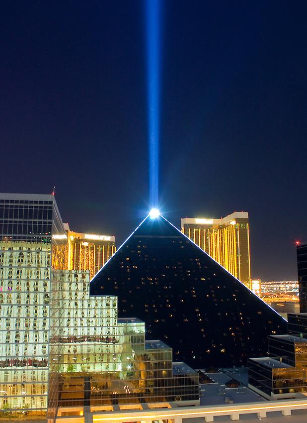 Die Erde, in der wir leben und der Raum, der die Welt ist - Seite 15 Luxor-laser-080859