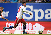 FUSSBALL   1. BUNDESLIGA   SAISON 2013/2014   9. SPIELTAG Hamburger SV - VfB Stuttgart                               20.10.2013 Joanthan Tah (Hamburger SV) am Ball