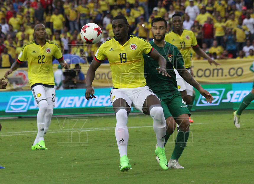 BARRANQUILLA -COLOMBIA, 23-MARZO-2017. Duvan Zapata (L) player of Colombia  fights the ball against of Cristhian Coimbra (R) player of Bolivia   during match for the qualifiers for the World Cup of Soccer Russia 2018 played in the  Metropolitano Roberto Melendez stadium in Barranquilla . Photo:VizzorImage / Felipe Caicedo  / Staff
