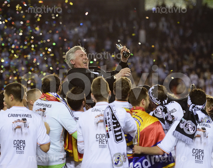 FUSSBALL  INTERNATIONAL Copa del Rey FINALE  2013/2014    FC Barcelona - Real Madrid            16.04.2014 Das Team von real Madrid wirft ihren Trainer Carlo Ancelotti (Mitte, Real Madrid)